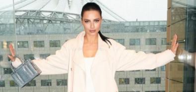 Adriana Lima w białej zbyt dużej kreacji
