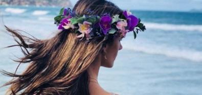 Alessandra Ambrosio wypoczywa z kwiatami we włosach