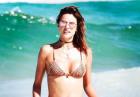 Alessandra Ambrosio zalana morską falą