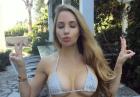 Amanda Lee w za małym bikini