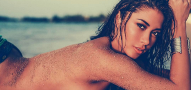 Arianny Celeste topless na plaży