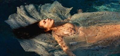 Bella Hadid nago w wodzie