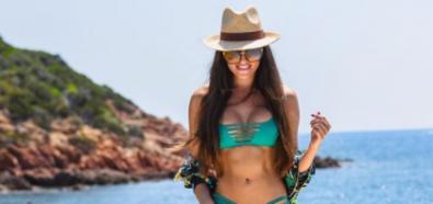 Celia Jaunat atrakcyjnie w jaskrawym bikini