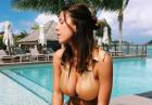 Devin Brugman w panterkowym bikini na plaży