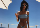 Emily Ratajkowski ponętnie w bikini na jachcie