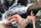 Jailyne Ojeda Ochoa intrygująco nad rwącą rzeką