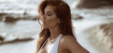 Jessa Hinton seksownie w stroju kąpielowym