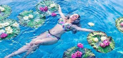Kelly Brook relaksuje się w basenie