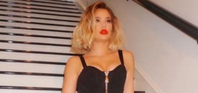 Khloe Kardashian rozkraczona na schodach