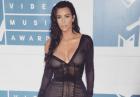 Kim Kardashian w seksownej czarnej sukience