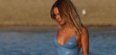 Kimberley Garner moczy się w stroju kąpielowym