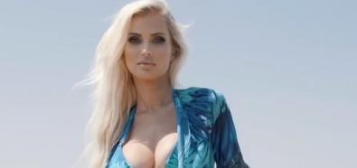 Leanna Bartlett bajkowo w błękitnym bikini