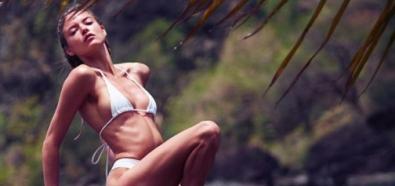 Martha Hunt wygrzewa ciało w bikini