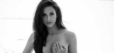 Melissa Riso nago z piersią w dłoni