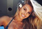 Natalia Roser z kwiatem we włosach