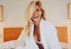 Natalie Roser w sypialnianym łóżku