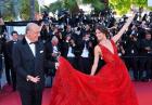Sara Sampaio w długiej czerwonej sukni w Cannes