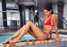 Sara Sampaio uwodzicielsko w czerwonym bikini