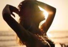 Sara Underwood nago w promieniach słońca