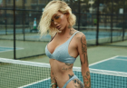 Tina Louise ponętnie prezentuje swoje ciało