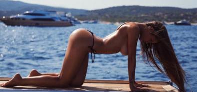 Viki Odintcova topless wypina pośladki