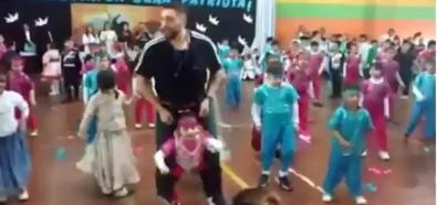 Nauczyciel tańczy z niepełnosprawną dziewczynką