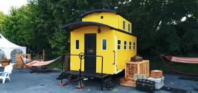 Żółty domek z wagonu