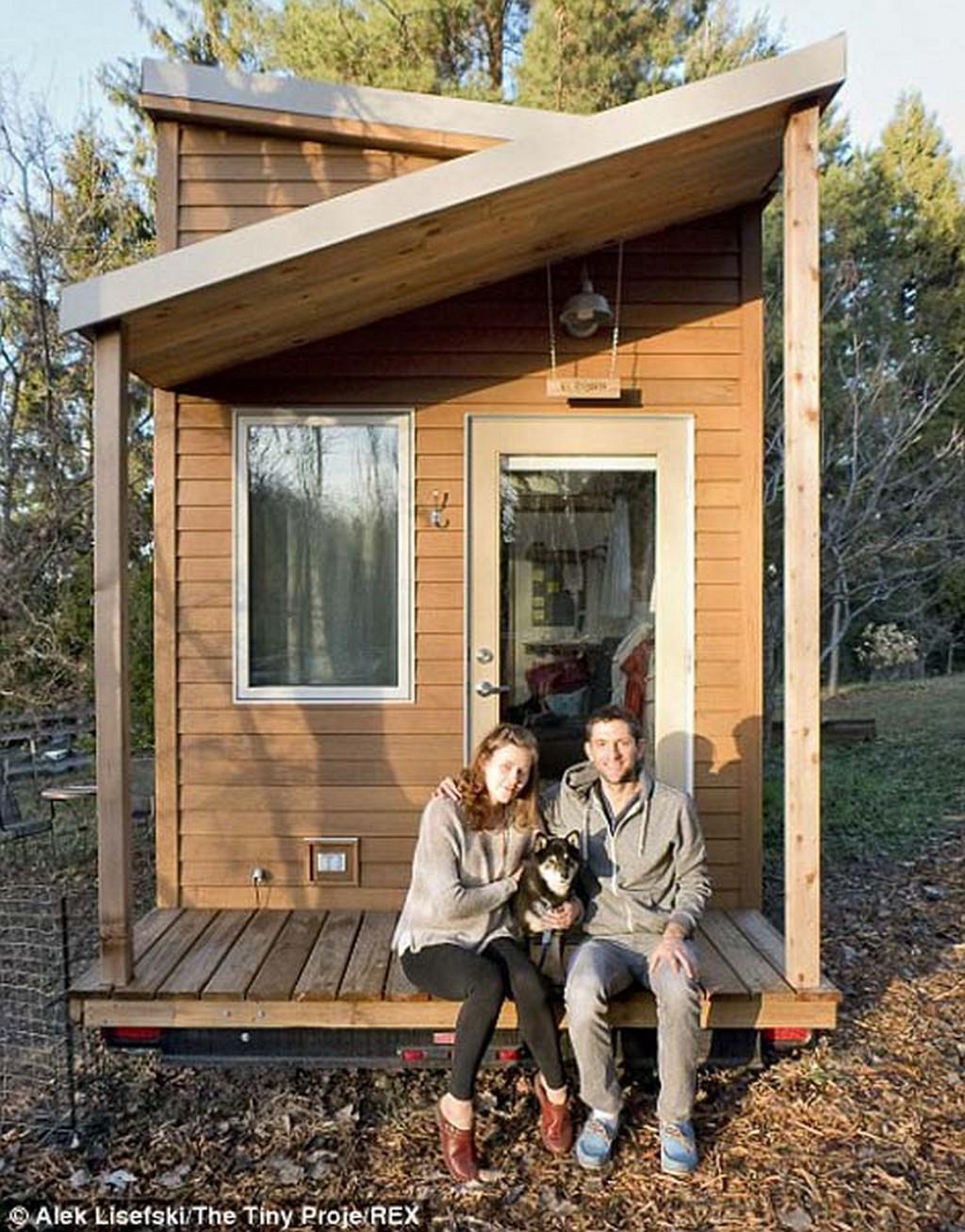 Женщина сама своими руками построила дом