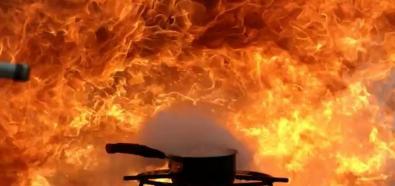 Lepiej nie gasić płonącego oleju wodą