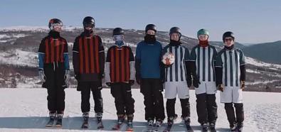 Narciarze grają w piłkę nożną