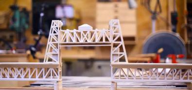 Ojciec i syn robią makietę mostu