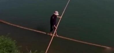 Chińczyk pływa na kiju