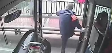Kierowca autobusu ratuje samobójczynię