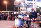 Azjatka gra na perkusji