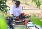 Dziadek robi jajecznicę
