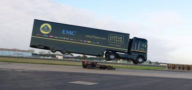 Bolid F1 pod ciężarówką