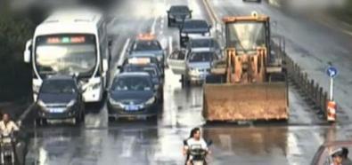 Buldożer dewastuje auta na skrzyżowaniu