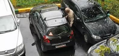 Staruszek wyjeżdża z parkingu