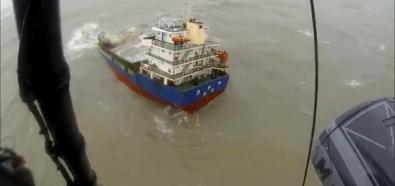 Ratownicy pomagają marynarzom