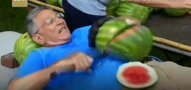 Cięcie arbuza na brzuchu