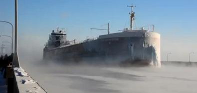 Statek wchodzi do portu
