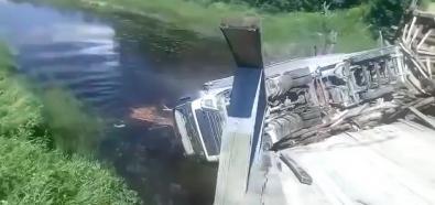 TIR spada z mostu