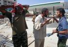Wojna w Libii - zwolennicy i przeciwnicy Muammara Kadafiego na ulicach Trypolisu