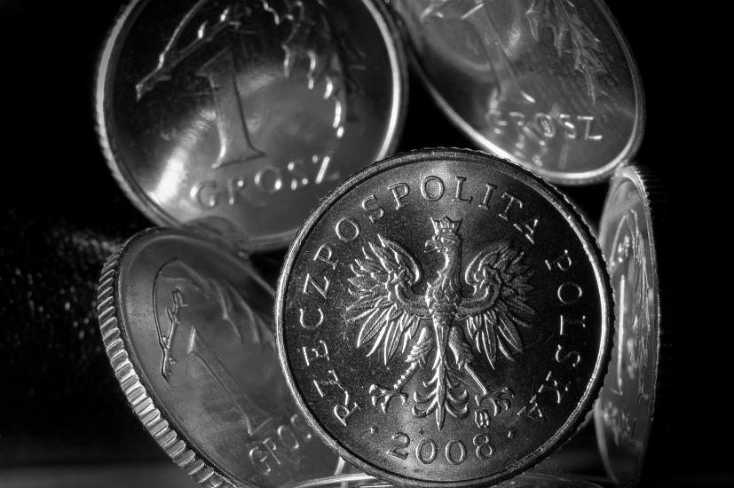 Silna wyprzedaż złotego, który traci do dolara, euro i franka