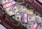 Chińczycy podróżują z walizkami wypchanymi gotówką