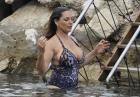 Kelly Brook w stroju kąpielowym na plaży