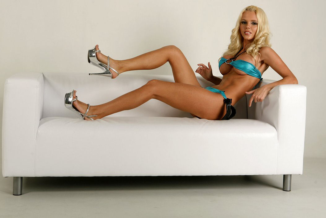 Katya Sambuca - rosyjska piosenkarka pozuje topless