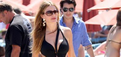 Sofia Vergara - kolumbijska aktorka w seksownym stroju kąpielowym na greckiej plaży