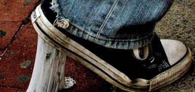 Porady - jak pozbyć się gumy do żucia z podeszwy butów