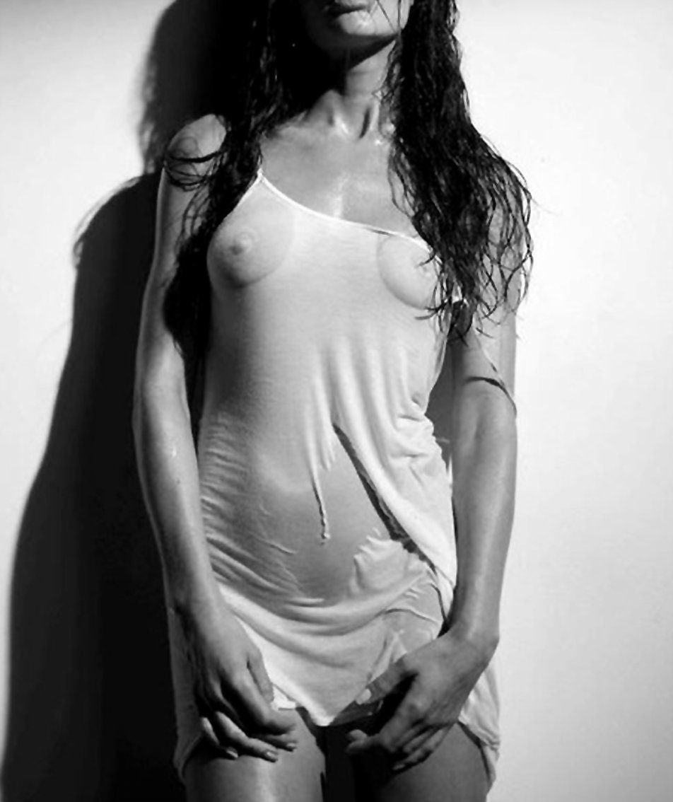 Эротические фотографии девушек в мокрых майках 26 фотография
